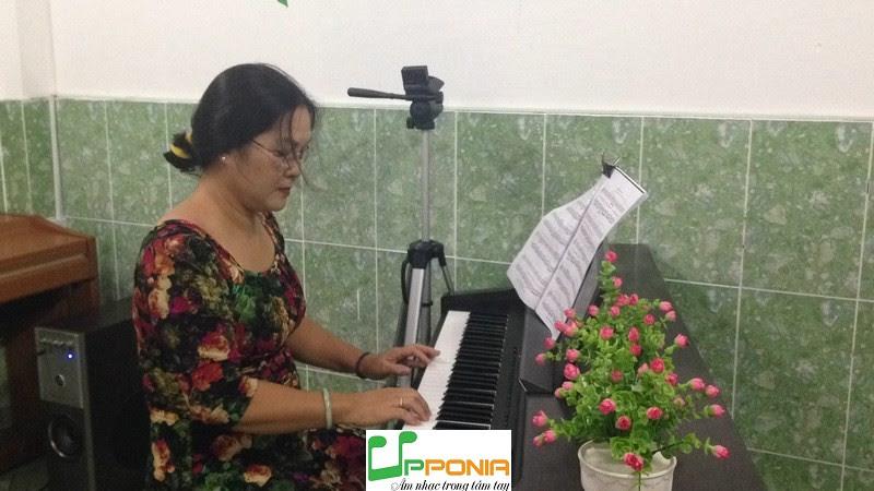 Chị Hoàng Tự học Piano Người Lớn của Upponia